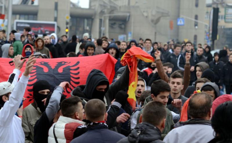 Албанци газеле и кинеле македонски знамиња пред Влада image